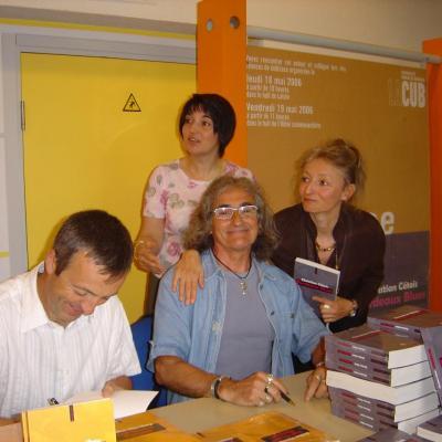 Signatures dans les locaux de la CUB. 2006.